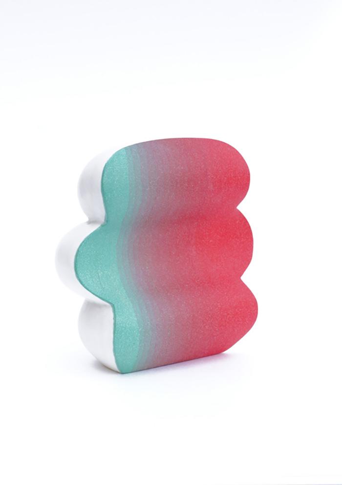 Plans serrés des sculptures De l'espace entre les couleurs.